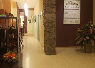 Vista interior de escuela de música logo en pared y pasillo