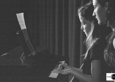Niña tocando el piano en concierto