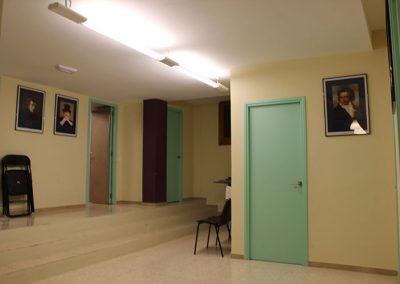 Vista interior amb portes a diferents aules de música