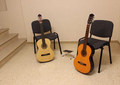 Guitarras apoyadas en sillas