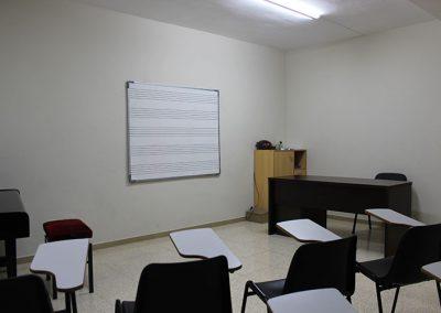 Aula de Classes amb pissarra i bancs