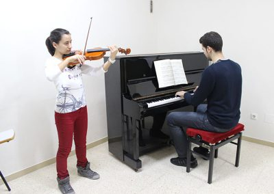 Joves tocant piano i violí