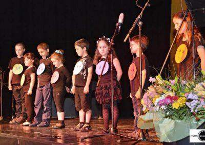 Niños sobre escenario en espectáculo musical
