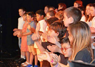 Coro de varios niños sobre escenario