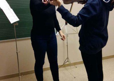 Profesora y alumna en clase de violín