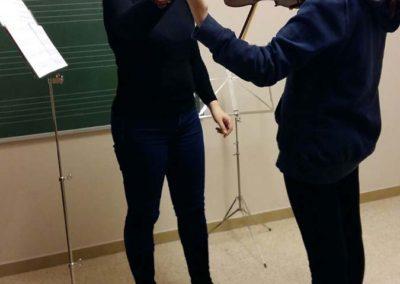 Alumna y profesora en clase de violín