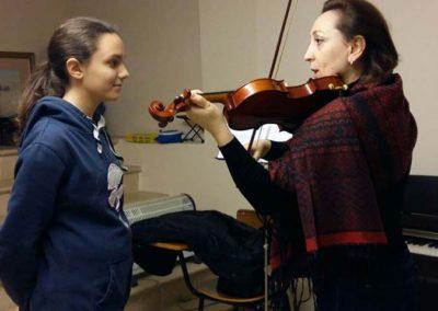 Alumna y profesora en clase de violin