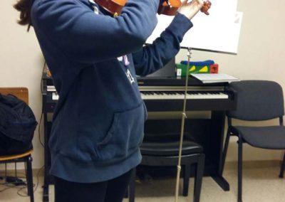 Alumna en clase de violín